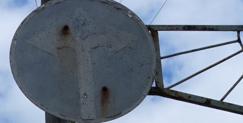 На перехресті Андріївського Узвозу та Набережної під скелями намагаються повернути дорожній знак