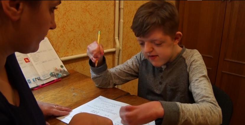 Особливий хлопчик Владик, якого всиновили американці, вже навчився читати