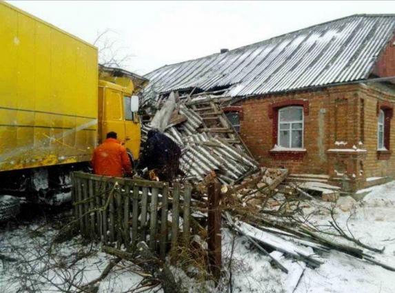 Вантажівка Укрпошти в'їхала в житловий будинок