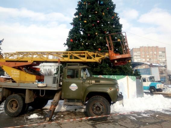 У Житомирі вже прибирають головну новорічну ялинку