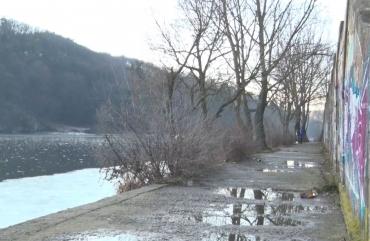 Набережну річки Тетерева під пішохідним мостом у Житомирі хочуть оновити