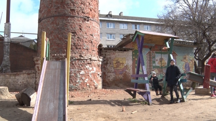 З аварійної труби падає цегла на дитячий майданчик