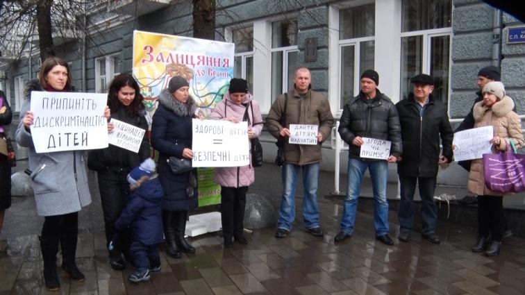 Житомирські батьки влаштували мітинг під стінами міської ради