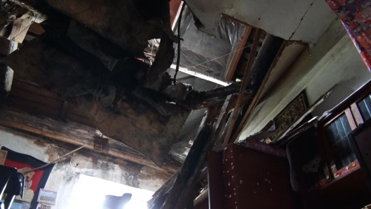 Завалений дах гуртожитку латають, щоб не затікав дощем