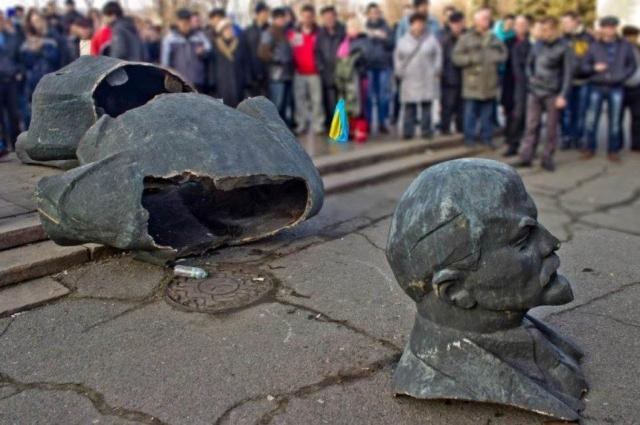 Порівняння європейської та української декомунізації
