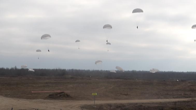 Під Житомиром, на полігоні, військовослужбовці приймали вітання Президента України з Днем ДШВ
