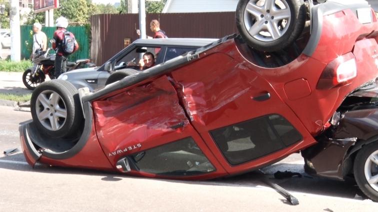Три понівечені автомобілі та пасажирка з травмою голови – наслідки ДТП на перехресті пр-т Незалежності – Покровська