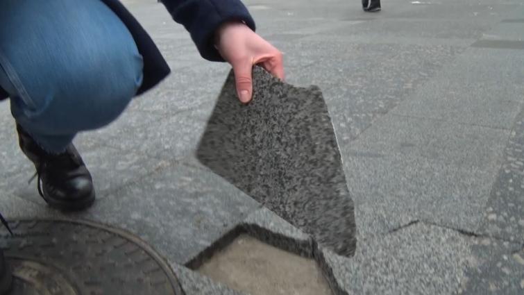 Плитка на Михайлівській місцями потріскала та зсунулася з місця