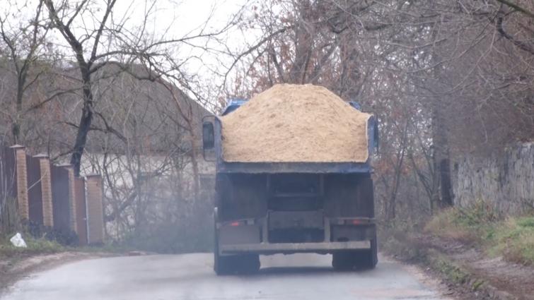 Через село Левків їздять вантажівки та руйнують сільську дорогу