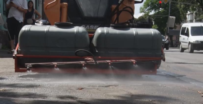 Житомирські дорожники змайстрували тротуарну поливалку