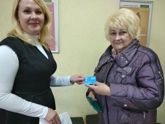 «Картки житомирянина» почали видавати у відділеннях «Ощадбанку»