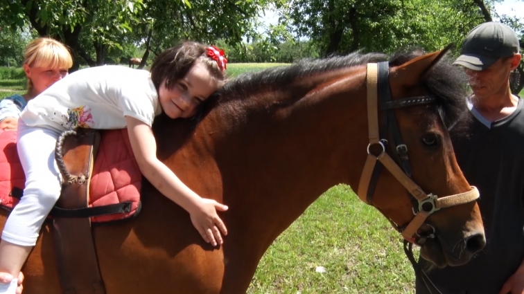 У Житомирському центрі іпотерапії лікують дітей за допомогою спеціально навчених коней