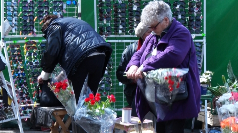 Квіткарі борються з продавцями окулярів