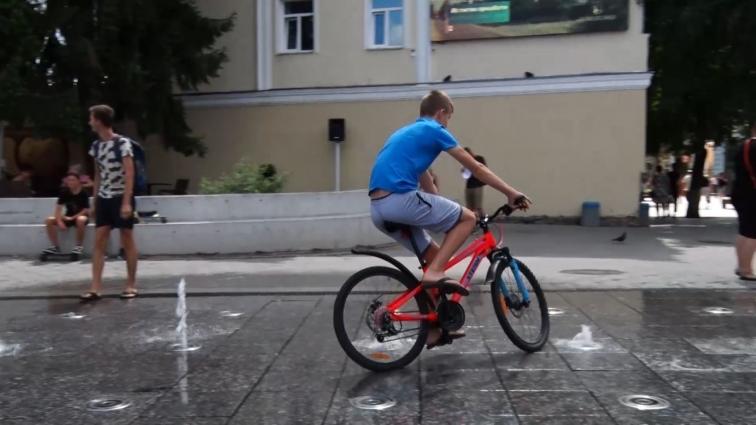 Їздити на велосипедах по фонтану на Михайлівській заборонено