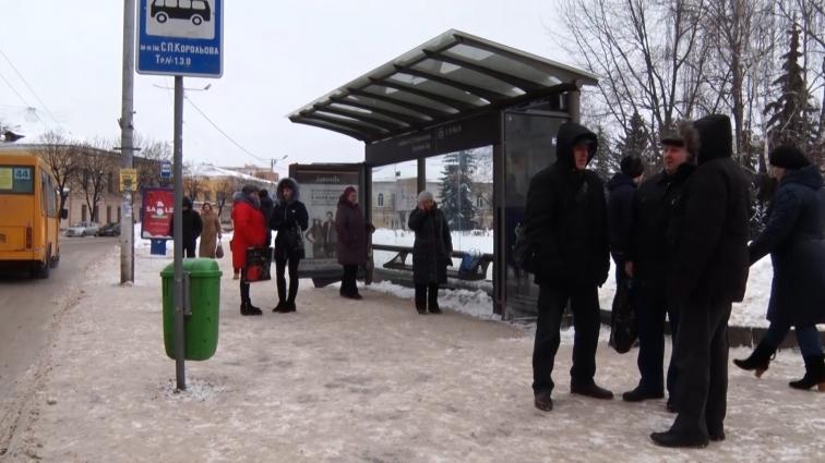 За тиждень після снігопаду зупинки громадського транспорту у Житомирі досі не прибрані