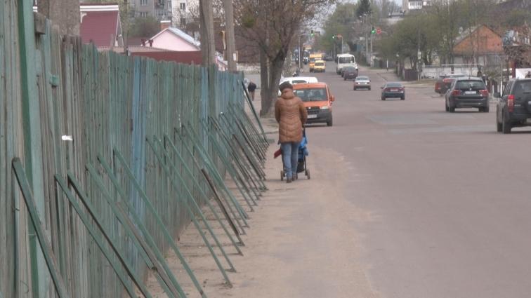 На вулиці Бородія люди ходять по проїжджій частині, бо тротуар - недоступний