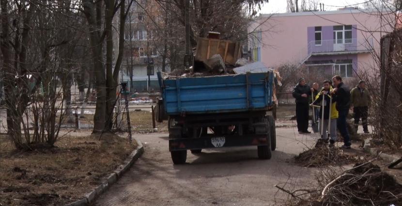 У Житомирі на майдані Польовому мешканці багатоповерхівки розчищали територію