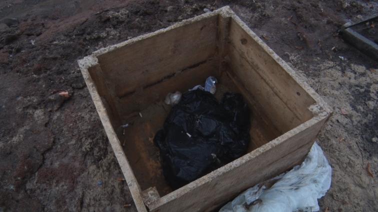 Пісок та відсів щебеню, який використовували для боротьби з ожеледицею, лишається на тротуарах і сьогодні