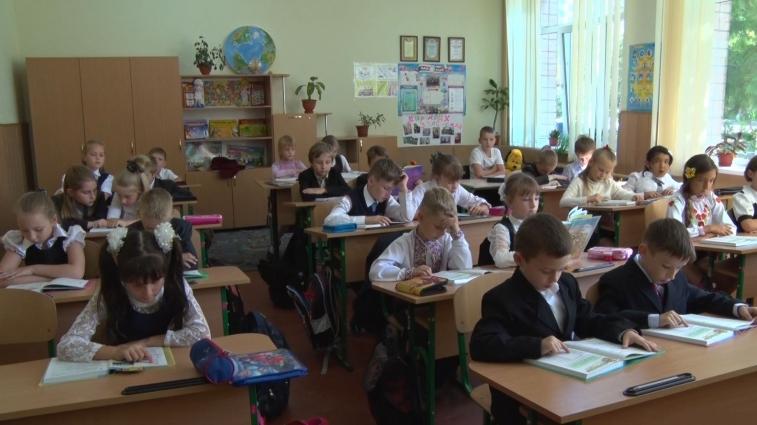 В житомирській ЗОШ №28 першокласники не носять портфелів та граються на уроках