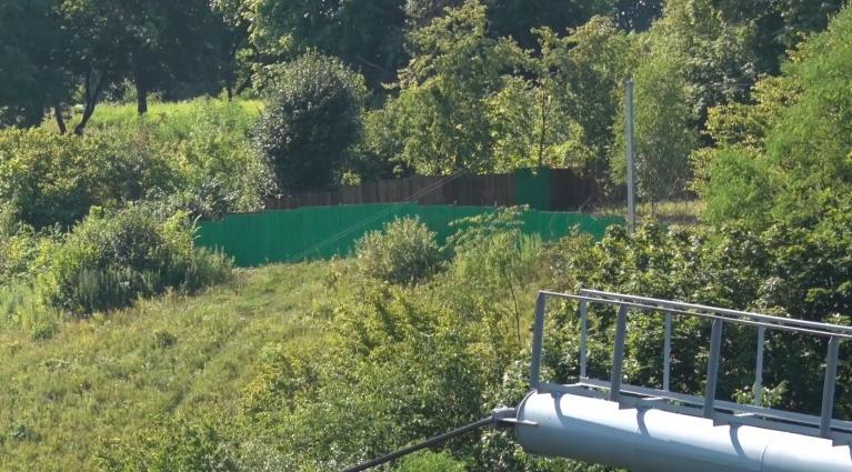 Невідомий паркан з'явився за пішохідним мостом у Житомирі