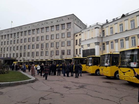 16 нових шкільних автобусів передано в громади