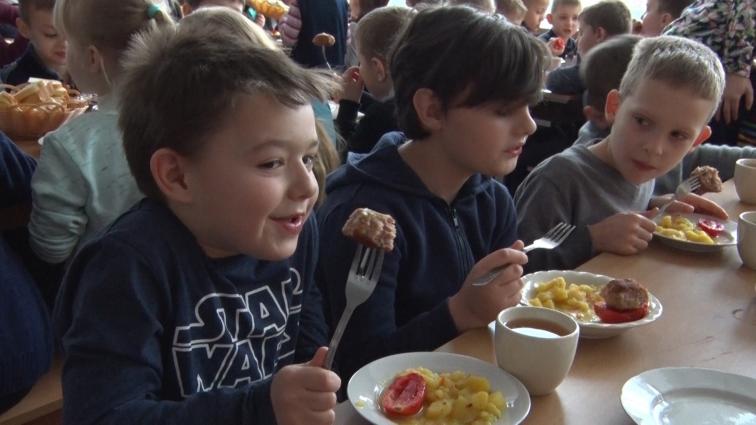 Як снідають діти у Житомирській ЗОШ №6