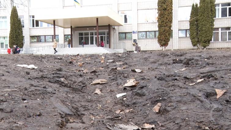 Крізь калюжі, бруд і сміттєзвалища ходять до школи у Житомирі (мікрорайоні Польова)