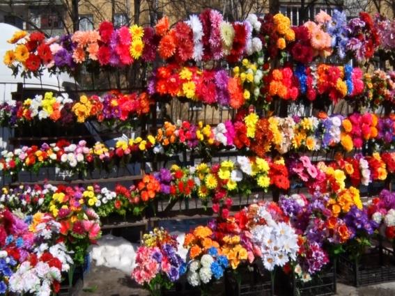 Екологи, влада та церква закликають не купувати штучні квіти та вінки