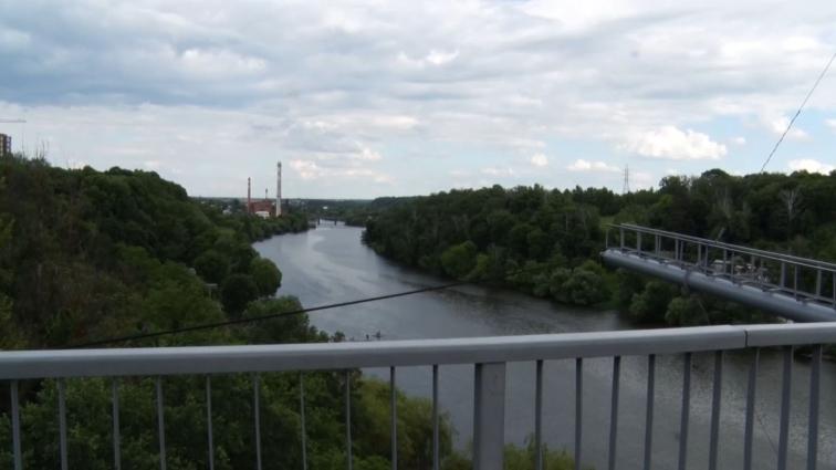У Житомирі 18-річний парубок викинувся з підвісного мосту, загинув на місці