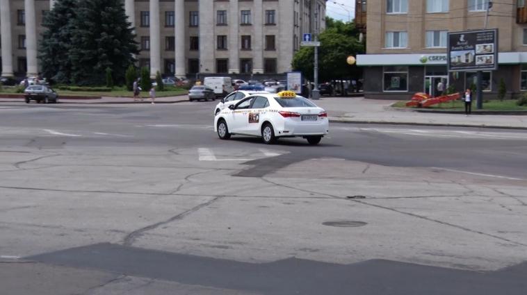 Житомирські водії змушені їздити по пам'яті на майдані Соборному