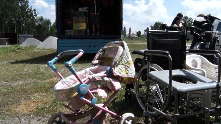 Благодійники допомогли людям з особливими потребами отримати візки
