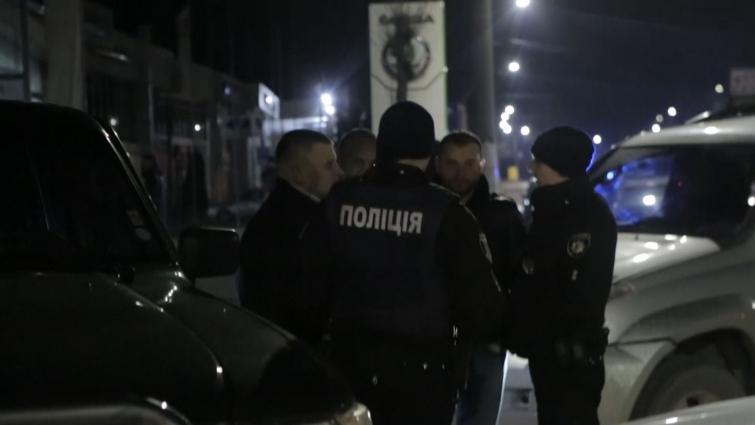 У Житомирі вночі 18 березня на проспекті Незалежності люди в камуфляжі зупинили вантажівку з піском
