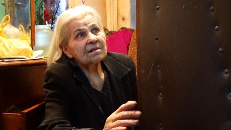 Старенька жінка живе у коридорі власної квартири, просить про допомогу