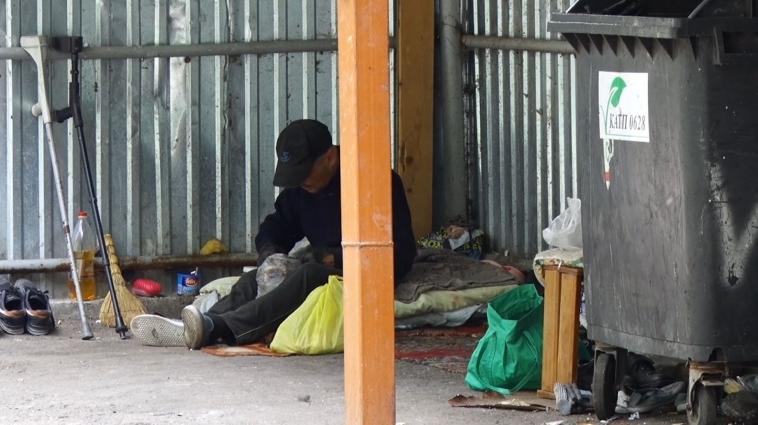 Студенти  ЖДУ скаржаться: під їхніми вікнами живуть особи, які галасують та розкидають сміття