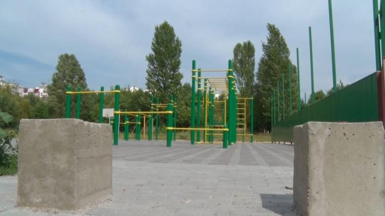 Жителі мікрорайону Хмільники обурені зупинкою робіт на спортмайданчику