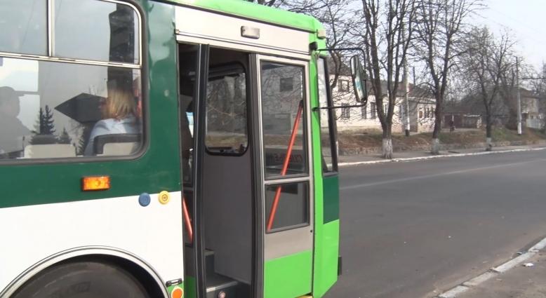 У житомирському тролейбусі на голову дворічної дитини впала металева деталь
