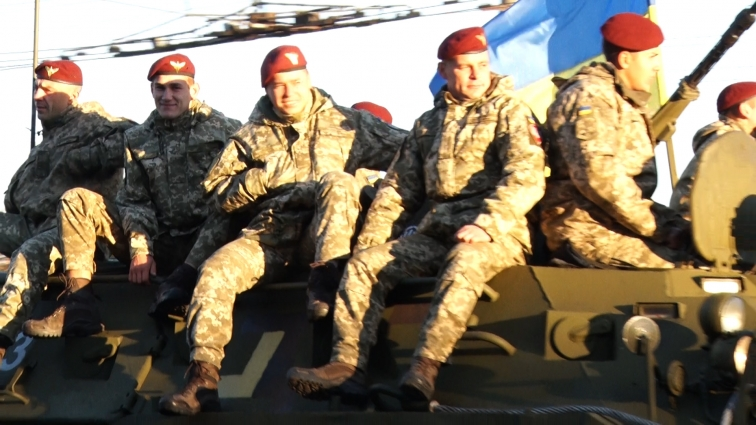 Військовослужбовці проїхали бронетанковою колоною Житомиром та влаштували урочистості