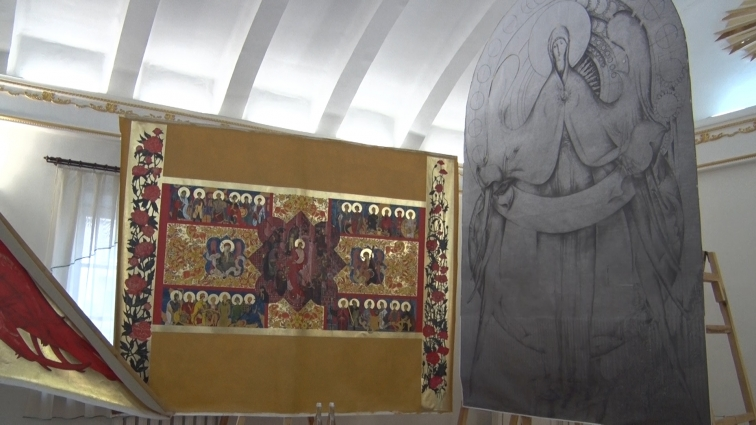 Стіни Свято-Михайлівського собору в Житомирі розмальовують традиційними українськими розписом