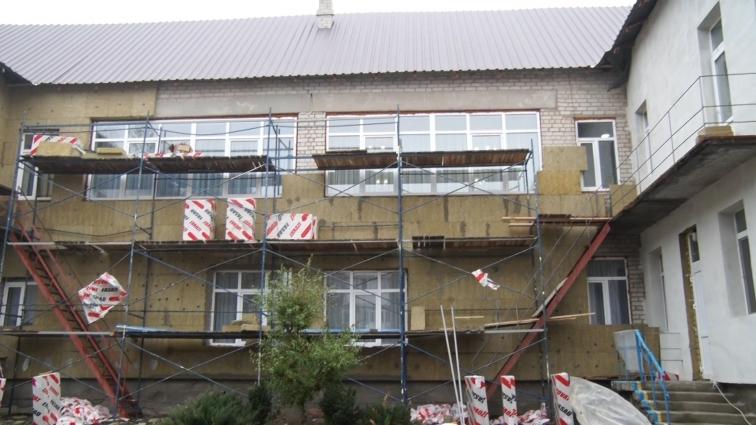 У ДНЗ № 46 робітники продовжують утеплювати фасад