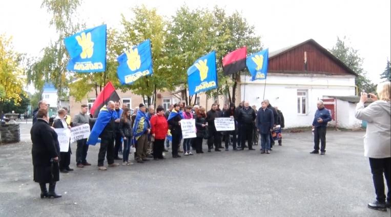 Свободівці Житомирщини влаштували акцію біля відділку поліції в Радомишлі