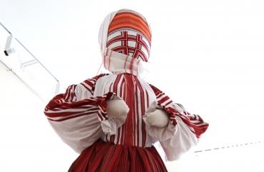Майстриня готує до Дня Незалежності нове вбрання для ляльки-мотанки