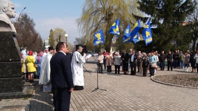 В Овручі біля пам'ятника Шевченку містяни зійшлись на народне віче