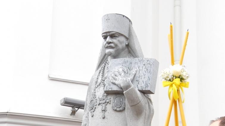 Попри дощ – пам'ятник митрополиту Іларіону урочисто відкрили