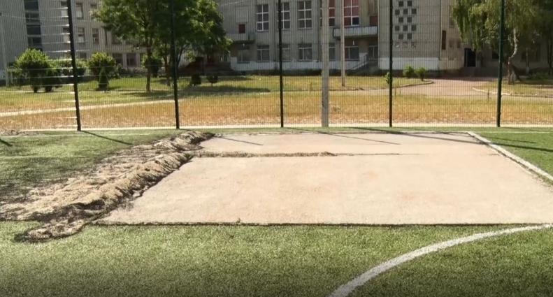 Частину викраденого штучного покриття з футбольного поля житомирського 24-го ліцею планують відновити