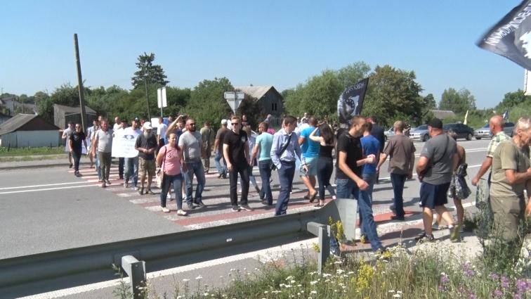 Біля села Перемога, під Новоградом-Волинським, люди перекривали трасу