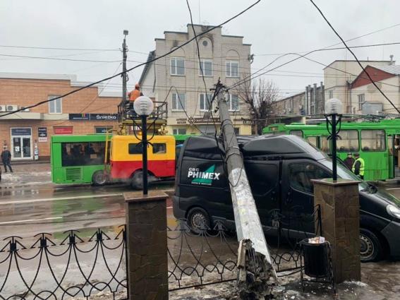 У Житомирі на автомобіль впала опора контактної мережі