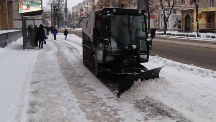 Управління автошляхів чистить від снігу центр міста