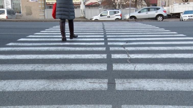У Житомирі на проспекті Миру встановили тимчасовий пішохідний перехід