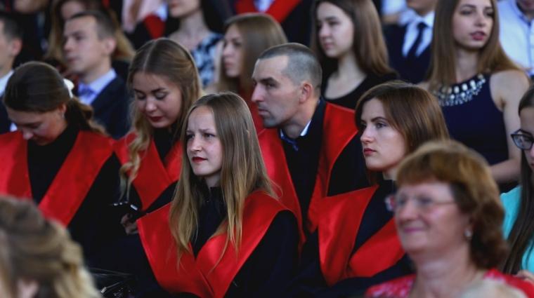 На майданчику літньої естради «Ракушка» відбулася урочиста церемонія вручення дипломів студентам ЖДУ ім. І. Франка