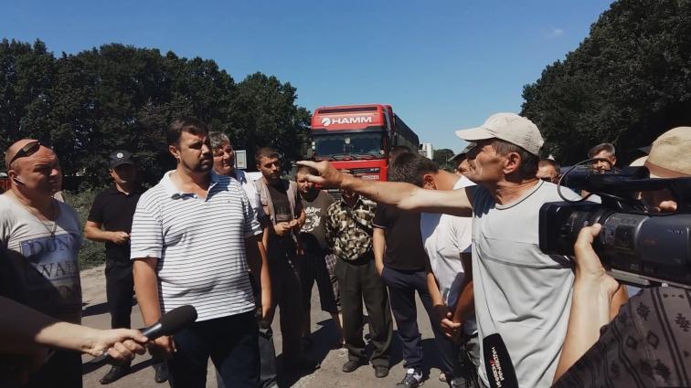 Жителі Попільні заблокували автошлях, вимагаючи ремонту доріг